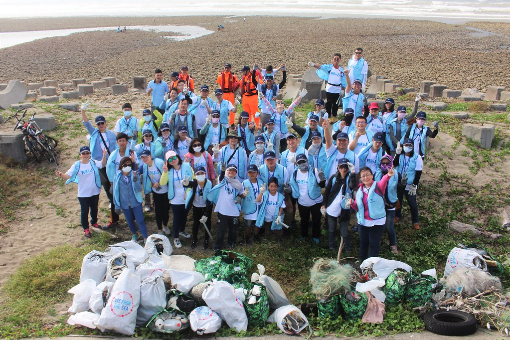 瑞助營造50位志工與清出來的136.74公斤海洋廢棄物合照