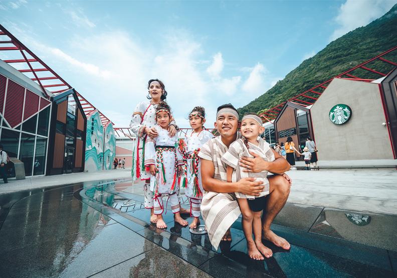 瑞助新聞報導-2021《遠見》CSR獎揭曉》台灣水泥奪三冠王《遠見》於2005年首創全球華人媒體CSR評鑑,帶動企業界與國際標準接軌,並見證台灣企業履行社會責任的進步,今年邁入第17屆。年度大調查改名「ESG綜合績效」,更聚焦於環境、社會、公司治理等三大面向表現,與傑出方案類同步展開評選。 今(3)日正式揭曉成績,舉辦大型贈獎典禮,獲獎企業董總與高階主管出席受獎,冠蓋雲集。 今年逾百家企業爭鳴,能勝出實屬不易,有八家企業或集團囊括數座獎項肯定,堪稱A級優等生。最大贏家為台灣水泥,抱回兩首獎、一楷模;國泰金控集團、遠東集團、永豐金控集團也分獲三獎,成績亮眼;獲得雙獎的則有台灣大哥大、中華電信、統一超商、元大金控。信義房屋今年開始名列年度榮譽榜(完整名單見表1)。 ESG全方位評鑑 國泰金、台灣大連三年獲首獎 台泥、光寶蟬聯 瑞助營造、默克首次奪冠 瑞助營造新聞分享:2021第17屆《遠見》CSR企業社會責任獎總計131家企業、236件數競逐,分別較上屆成長35%與26%,成長幅度為近三年之最。經過第一階段書審,兩大類12組共73件入圍第二階段面審,最終選出40座獎項得者,獲獎率僅16.9%,堪稱「全台最難拿的CSR獎」,也代表獲獎企業確實在實踐社會責任上領先群倫。 《遠見》CSR獎比賽辦法持續精進,每年分為年度大調查與傑出方案評選,為反映國際趨勢,前者今年更改為「ESG綜合績效」,更聚焦於環境、社會、公司治理等三大面向,考驗企業全方位的CSR作為,通過整體考核方能脫穎而出。玉山金控名列年度榮譽榜,今年不須參加ESG綜合績效評比。 台灣水泥以國際水準設立自我高標,勇於宣示2050年碳中和目標,創新轉型,與社會溝通成效佳,今年蟬聯「傳統產業」首獎。遠東新世紀扮演循環經濟先鋒,再度獲得楷模獎;正隆致力於資源全循環,扶植回收供應鏈轉型升級,同獲楷模。 光寶科技由董事會層級推動CSR,建立永續委員會,並設立科學基礎減量目標(SBT,Science Based Target)目標,連兩年獲得「電子科技業」首獎。南亞科技節能產品營收占比高,以創新驅動永續發展,獲楷模獎;研華科技善用核心專業的遠距醫療方案,關懷偏鄉達到社會共榮,同獲楷模。 國泰金控設定氣候、健康、培力為三大主軸,結合金融職能,參與國際倡議,率先落實永續會計準則委員會(SASB, Sustainability Accounting Standards Board)、氣候變遷相關財務揭露(TCFD, Task force on Climate-related Financial Disclosures)等國際規範,超前主管機關之要求時程,展現產業領導地位作為,三度蟬聯「金融保險業」首獎。獲楷模獎的元大金控將ESG融入董事會績效,達成國內首家金融營業據點100%使用綠電,並發行多檔ESG基金,發揮金融正向影響力;另一楷模獎為中信金控,以金融科技協助疫情之下的勞工紓困貸款方案,長年累積的社會公益影響力亦可觀。 「一般服務業」由瑞助營造新聞分享:扭轉營造業形象,永續績效位居同產業標竿,首度獲得首獎。楷模獎再度頒給太平洋崇光百貨,連七年自主發布永續報告書,面對疫情衝擊展現應變力,值得稱許;另一楷模獎得主為統一超商,入選道瓊永續指數(DJSI),獲全球食品零售業「產業領導者(Industry Leader)」。 「電信業」首獎由台灣大哥大三度蟬聯,高度組織化管理,整體策略完整,投入氣候治理與碳定價合作研究,積極走上國際,展現企業活力。中華電信導入國際環境標準,並善用科技力防疫,發展ICT創新應用,不忘關心數位平權,獲楷模獎。 本屆除了本土五大產業,亦新增「外商組」,期盼在台外商永續目標落實在地化、強化與本地廠商連結、發揮接軌國際的影響力。默克先進科技材料(Merck)積極制定使用再生能源與減碳目標,以本業投入科學教育等社會公益,員工參與度高,獲得首獎。楷模獎為台灣松下電器(Panasonic)與台灣萊雅(L'Oréal),前者投入產品綠色創新、在地生產,致力打造永續價值鏈;後者率先落實100%綠電,創國內商辦首例,在台無製造生產,仍致力友善環境。 圖/2021第17屆《遠見》CSR獎得獎名單 瑞助營造新聞分享: 傑出方案為不同主題的專案競賽,競爭同樣激烈。以得獎者產業別來看,今年金融保險業獲獎最多、占35%,傳統產業居次、占26%,一般服務業占22%,電子科技業最少、占17%。 觀察到社會企業風潮漸興,《遠見》2018年開辦社企之星獎,今年將概念融入CSR賽事,新設「社會創新組」,鼓勵企業透過技術、資源、社群合作,發展科技或商模創新應用,締造社會價值。 「社會創新組」首年開徵即報名踴躍,多家企業提出與疫情相關的行動方案,最後由中華電信「ICT科技防疫」拿下首獎,整合數位科技與資通訊核心能力,